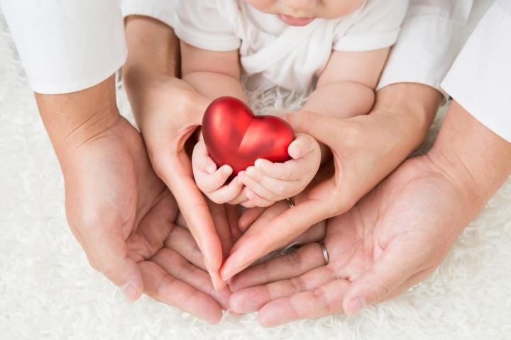 赤ちゃんの家族でつくるハート